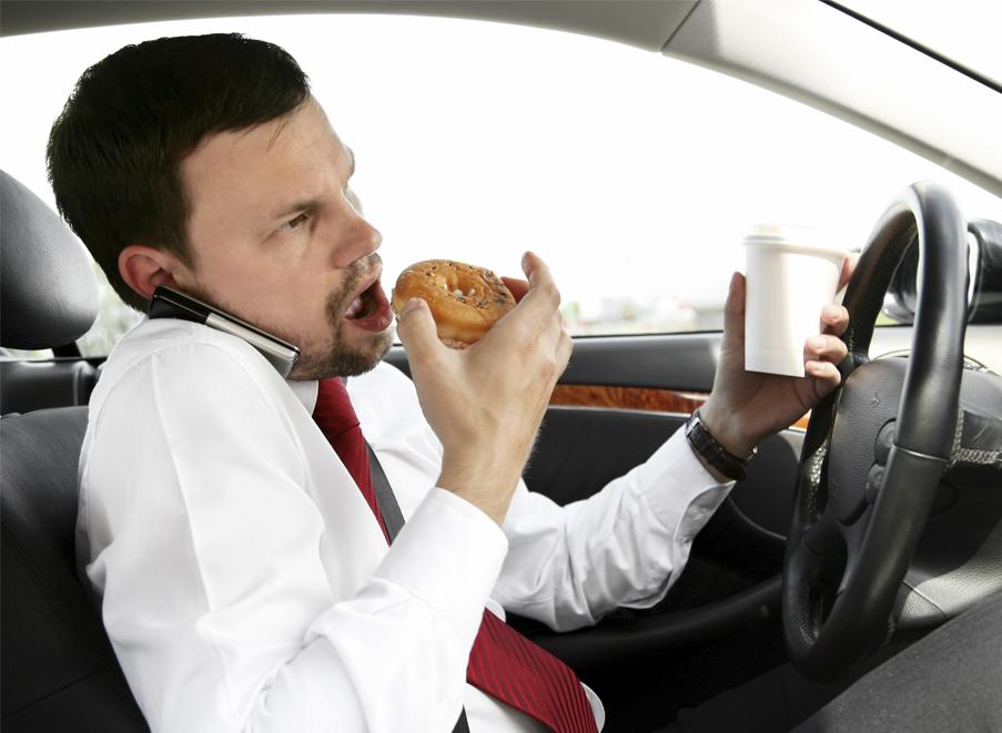 אכילה בזמן נהיגה מובילאיי