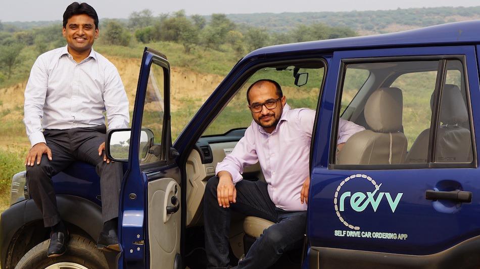 מייסדי חברת ראב ההודית מימין אנופם אגראוול משמאל קארן ג'יין מתקינים מובילאיי בהודו